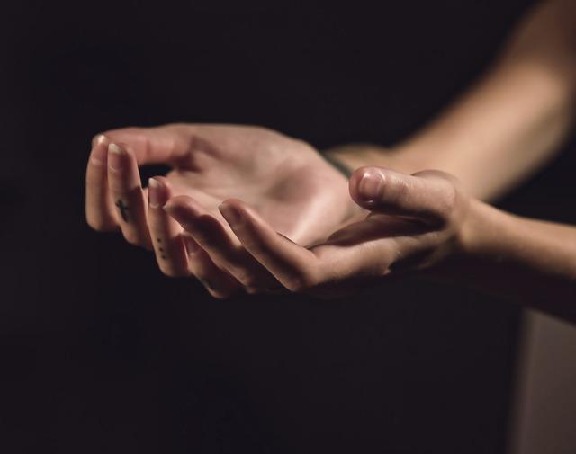 tetované prsty