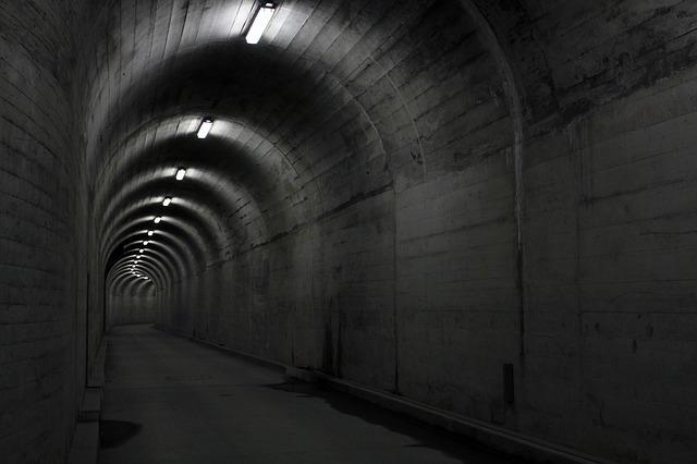 zatáčka v tunelu