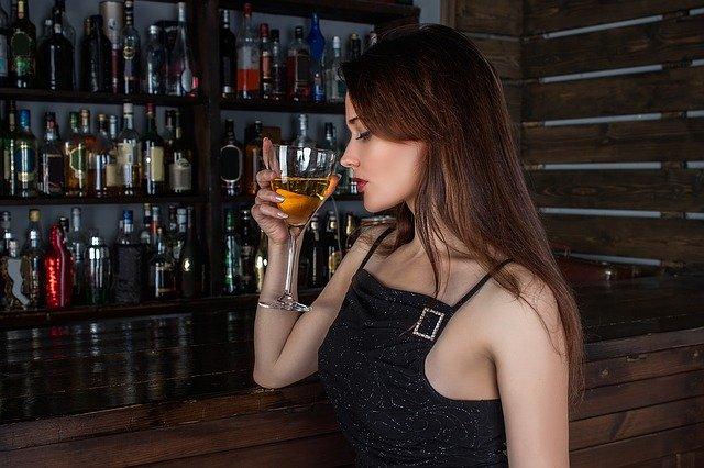žena pijící alkohol