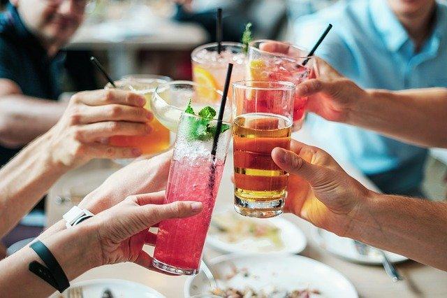 přiťukávání si alkoholickými nápoji