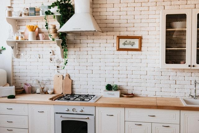 světlá kuchyně s bílými cihlovými obklady