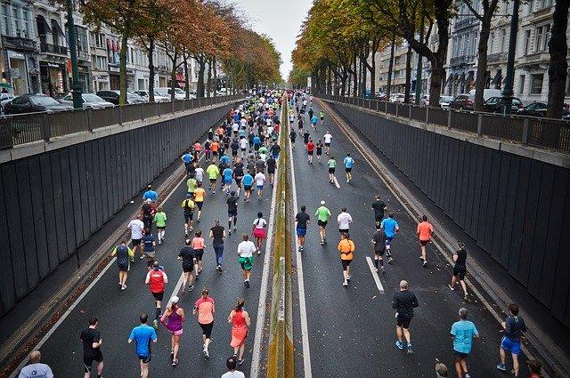 běžci na ulici